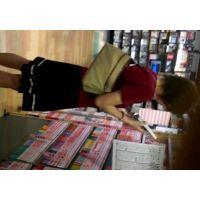 スカートにサンダル立ち読み中のお姉さんを逆さ撮り【動画】04と09セット販売