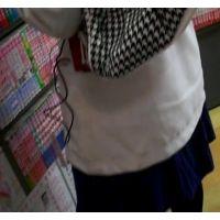 幼い私服姿の女の子立ち読み中を逆さ撮り可愛い白のパンチュ【ロリ動画】 01と10セット販売