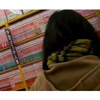黒髪幼い女の子立ち読み中を逆さ撮り白の柄パンチュ【ロリ動画】02と06セット販売