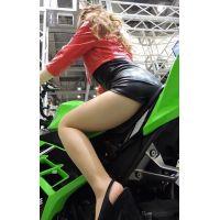 2015モーターサイクルショーバイクに乗ってるコンパニオンを後ろから【動画】イベント編 1227