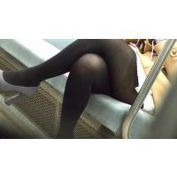 ムチギャルの脚組み黒タイツ