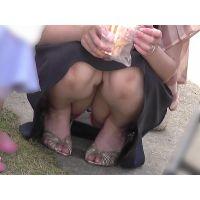 【お祭シリーズ001】 ベビーカーの影にしゃがむ生足ママ