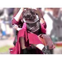 【お祭シリーズ010】 子供を抱っこしたまま脚を開くママさん