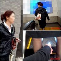 【逆さ撮り】逆さの瞬間 Part59(黒スト熟女2人)