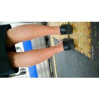 女性の脚 駅のホーム2