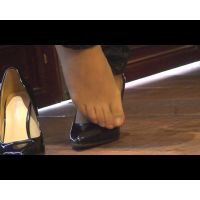 ヒールから足を出してストッキング足を乾かしている美脚女性2人