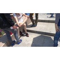 靴を脱いでストッキング足裏をマッサージしている女子大生