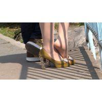黄色のシューズから極薄ストッキング足を出すお姉さん