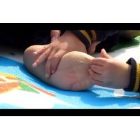 子どもにパンストの上から足裏を触られ払いのける女性
