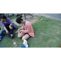 芝生で靴脱いでる女子大生のストッキング足