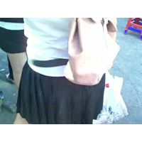 街中でグレーのパンツの女の子