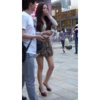 エスカレーターで見えるスタイルのイイ女の子のパンツ