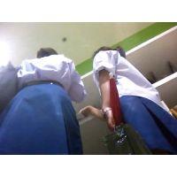 女子校生の2人組純白パンチラ
