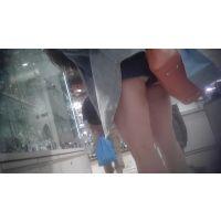 極短ショートパンツの色白脚2