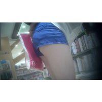 極短ショートパンツの色白脚JD