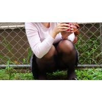公園のすみで座ってる美少女の黒ストッキング&パンチラ盗撮!