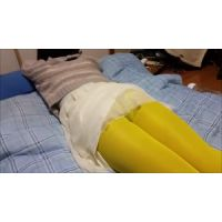 宅飲みで寝ちゃった女友達の黄色タイツ越しパンチラ!