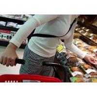 スーパーで発見、白セーター着衣巨乳娘盗撮
