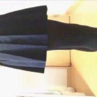 【自撮りカメラde投稿動画】 セーラー服の女子校生がタイツをはくところ(横から)