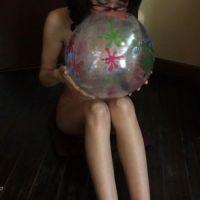 美女がオールヌードでビーチボールを口で膨らませるだけの超マニアック・フェチ動画(1/4)
