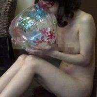 美女がオールヌードでビーチボールを口で膨らませるだけの超マニアック・フェチ動画(マルチアングル)