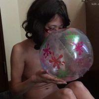 美女がオールヌードでビーチボールを口で膨らませるだけの超マニアック・フェチ動画(2/4)