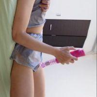 【衝撃!】熟女が寝起きにパジャマのまま、バイブを使ってオナニーを自撮りしていた。
