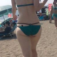 真夏のビキニギャルの大尻に密着!