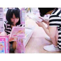【完全ロリSサイズ】おもちゃ屋さんで大人を待つかわいい幼女のパンチラ