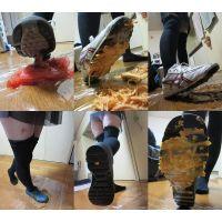 ニーハイ美女がアシックスのスパイクと愛用の靴でフードクラッシュ!