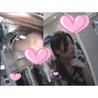 【盗撮】接客中に何度も何度も乳首が見えるショップ店員胸チラ