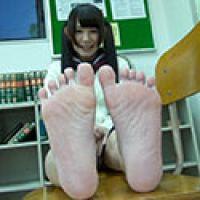 【足フェチ】まりえちゃんの恥ずかしい脚・足裏・足の動きをじっくり観察