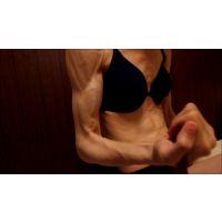 筋肉質な女の子 〜ロープで二の腕エクササイズ〜