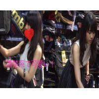 【2パターンアングル盗撮】一度も染めたことがないような清楚系黒髪かわいい系美女の濃いピンクパンティーを盗撮!