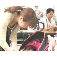 【HDオリジナル胸チラ個撮】alice003.可愛い!巨乳!赤ちゃんをあやすために屈むだところを。。