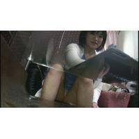 【パンチラ】 バイト面接で美女の三角地帯の白いパンツを激撮!