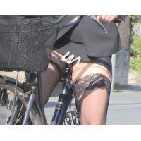 くそエッロい肉感美脚OLの自転車&しゃがみパンチラ