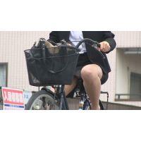 自転車でパンチラに気づいてないOLさん