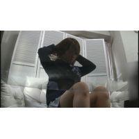 【着替え盗撮】 オンナノコが制服に着替えるサマをテーブルの下からコッソリと撮影しました!