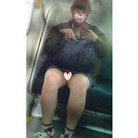 デニムはいたお嬢さんが電車で