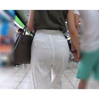 上着のシャツが透けるくらい 薄いパンツを穿く ぷり尻お姉さん!【極♀尻 126】
