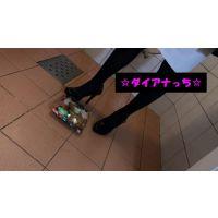 クラッシュ動画 食べ物の踏み潰し【私物のエナメルパンプス】足元固定カメラ&カメラ�セット