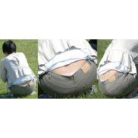 爽やかで綺麗な若ママさんは美尻を包むパンツの腰からピンクのツルツルパンティーをチラチラと覗かせる!!