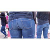 真面目で大人しそうな可愛い若ママさんはジーンズに美尻のヒップラインをクッキリと浮かび上がらせる!!