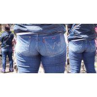 真面目そうで性格がキツそうな可愛い奥様はトンでもない大きさの爆尻でジーンズを張らせてヒップラインを魅せ付けてくれる!!