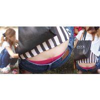 優しそうで健康的な美形ギャルママさんはジーンズの腰から蒸れた光沢のショッキングピンクパンティーをチラチラと覗かせてくれる!!