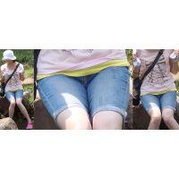 爽やかで健康的な細身の可愛いママさんは昔履いていたジーンズをカットオフして股間に喰い込ませて強調させてくれる!!