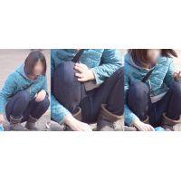大人しそうで美形の若ママさんは普段絶対に見せてくれない蒸れたジーンズの股間をガッツリと覗かせる!!