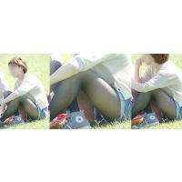 スレンダーな美形お姉さんは暑さで蒸れたタイツ美脚と更に蒸れた恥ずかしい股間をチラチラと覗かせる!!