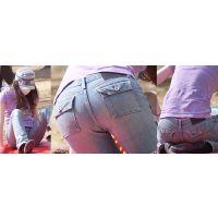スレンダーな美形奥様はショッキングピンクの短めのガードルのラインをジーンズにクッキリと浮かび上がらせる!!